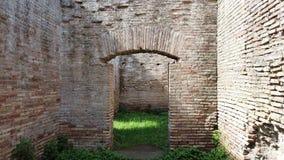 Premier tir de personne marchant dans le passé entre les ruines antiques d'empire romain banque de vidéos
