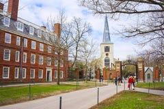 Premiers église paroissiale et touristes dans la cour de Harvard Photo libre de droits