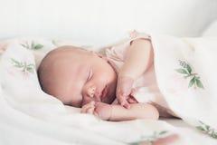 Premiers jours de sommeil nouveau-né de bébé de la vie à la maison photo stock