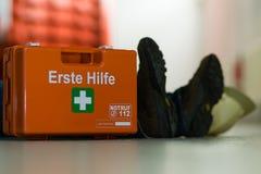 Premiers secours après un accident du travail Photographie stock libre de droits