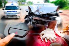 Premiers secours de CPR de sauveteur pendant la vie sûre doigt frappant la lumière de commutateur de secours pour la sécurité photographie stock libre de droits
