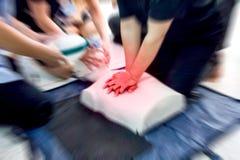 Premiers secours de soins de santé d'acte médical de formation de CPR de réanimation cardio-respiratoire, démontrant la compressi photo stock