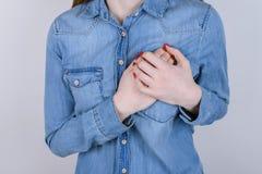 Premiers symptômes des problèmes avec le concept de coeur Haut étroit cultivé photographie stock