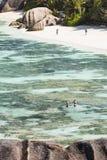 Premiers touristes en La Digue, Seychelles Image libre de droits
