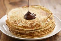 Premii ciemna czekolada nalewa na świeżo robić krepach lub blinis fotografia stock