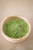 Premii zielonej herbaty proszek w drewnianym pucharze Fotografia Royalty Free