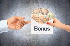 Premiowa zapłata dla pensi lub sprzedaży pojęcia z bizneswomanem wręcza biznesmen kopertę z pieniądze Obrazy Royalty Free