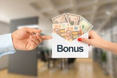 Premiowa zapłata dla pensi lub sprzedaży pojęcia z bizneswomanem wręcza biznesmen kopertę z pieniądze Zdjęcia Stock