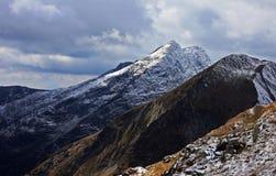 Première neige en montagnes de Fagaras Photos stock