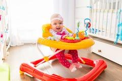 Premières étapes dans un marcheur de bébé Photos stock