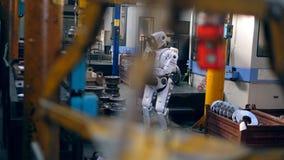 Premisas de fábrica con un droid que actúa una tableta almacen de video