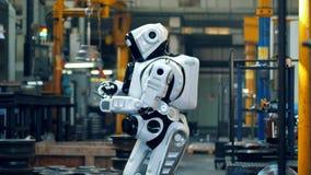 Premisas de fábrica con un droid usando una tableta almacen de video