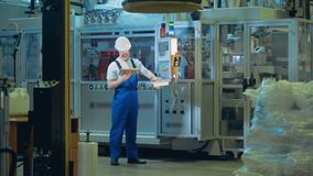Premisas de fábrica con un experto masculino que actúa a un tablero de control almacen de video