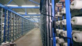 Premisas de fábrica de la ropa con los carretes de costura almacen de metraje de vídeo
