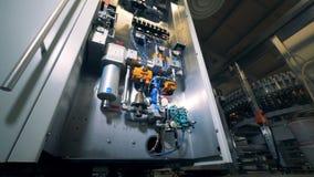 Premisas de la cervecería con un mecanismo detallado y las botellas que se mueven alrededor del transportador almacen de video