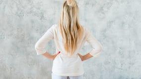 Prenant à décision le backview blond de hanches de mains de femme photos libres de droits