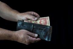 Prenant à des trois la facture de peso cubain Image libre de droits