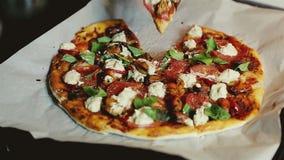 Prenant un morceau de coupes végétariennes faites maison fraîchement cuites au four de pizza avec la fin de tofu de tomates de mo clips vidéos
