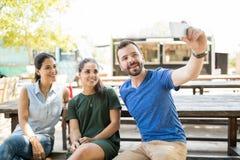 Prenant un selfie dehors Photos libres de droits