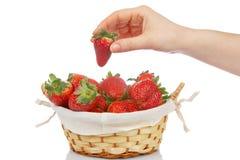 Prend une fraise Image libre de droits