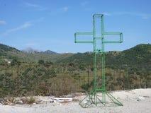 Prenda a cruz do quadro com os montes no fundo Fotos de Stock