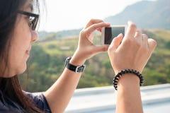 Prenda l'immagine della campagna con Smartphone immagine stock libera da diritti