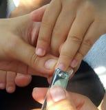 Prenda la cura dal taglio delle unghie del bambino Immagini Stock Libere da Diritti