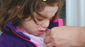 Prenda la febbre della temperatura del bambino con la malattia della varicella di varicella del termometro archivi video