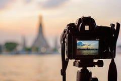 Prenda la foto Wat Arun Ratchawararam Ratchawaramahawihan con l'accensione del punto di riferimento pubblico fotografie stock libere da diritti