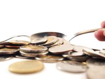 Prenda le monete dal cucchiaio, soldi di baht tailandese Fotografie Stock
