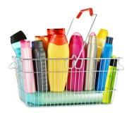Prenda o cesto de compras com os produtos do cuidado e de beleza do corpo Foto de Stock Royalty Free