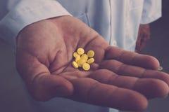 Prenda questa medicina Fotografie Stock Libere da Diritti