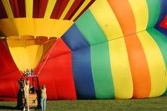 Prenda un giro in una mongolfiera variopinta fotografia stock
