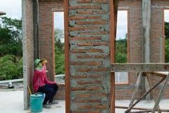 Prenda una rottura dopo il cemento della miscela per costruire Immagine Stock
