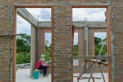 Prenda una rottura dopo il cemento della miscela per costruire Immagini Stock Libere da Diritti