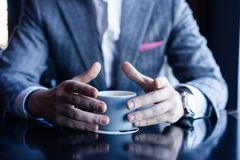 Prenda una rottura ed abbia caffè Caffè bevente dell'uomo di affari in un caffè fotografie stock libere da diritti