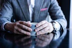 Prenda una rottura ed abbia caffè Caffè bevente dell'uomo di affari in un caffè fotografia stock libera da diritti