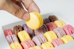 Prenda una torta dolce gialla dalla casella immagine stock
