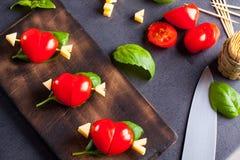 Prendedero adobado con el tomate en forma de corazón Imágenes de archivo libres de regalías