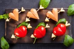 Prendedero adobado con el tomate y la salchicha en forma de corazón Imagen de archivo libre de regalías