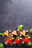 Prendedero adobado con el tomate y la salchicha en forma de corazón Fotografía de archivo libre de regalías
