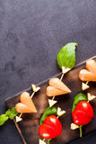 Prendedero adobado con el tomate y la salchicha en forma de corazón Fotografía de archivo