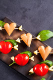 Prendedero adobado con el tomate y la salchicha en forma de corazón Fotos de archivo libres de regalías