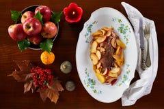 Prendedero asado del cerdo con las manzanas fotografía de archivo