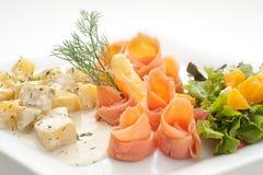 Prendedero cortado del salmón ahumado con las patatas hervidas Imagen de archivo