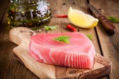 Prendedero crudo del atún con eneldo, el limón y el aceite de oliva Fotos de archivo libres de regalías