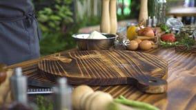 Prendedero crudo del pollo en el tablero de madera con las verduras y la comida para cocinar Prendedero fresco del pollo para coc almacen de video