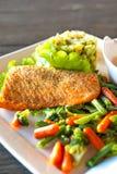 Prendedero de color salmón asado a la parrilla con el puré y las verduras de la patata-spinash Foto de archivo libre de regalías
