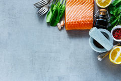 Prendedero de color salmón con los ingredientes frescos imagen de archivo