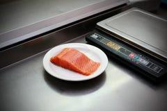 Prendedero de color salmón fresco en cocina del restaurante Fotografía de archivo